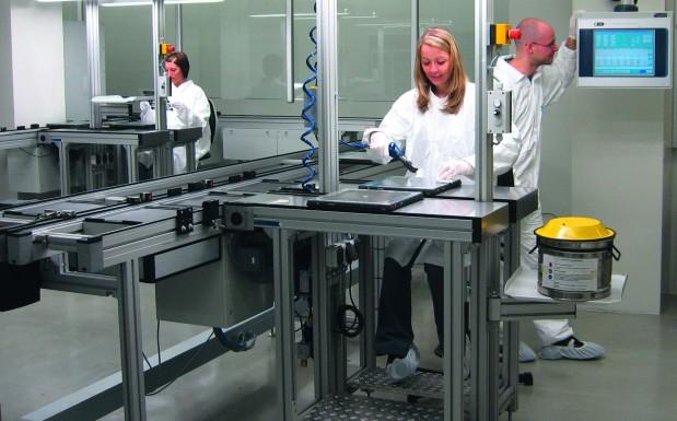Blick in die Produktion, die in Reinräumen unterschiedlicher Klassen stattfindet (Bildquelle: Nanogate)