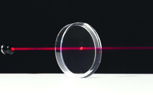 Mit gewölbten Linsen, Fresnel-Linsen, Kopplungselementen und Leuchtleitkörpern kann ein Lichtstrahl gelenkt und geformt werden. Solche optischen Elemente müssen absolut transparent sein, damit möglichst geringe Lichtverluste auftreten. Transparentes Silikon ist hier das Material der Wahl. (Bildquelle: Wacker)