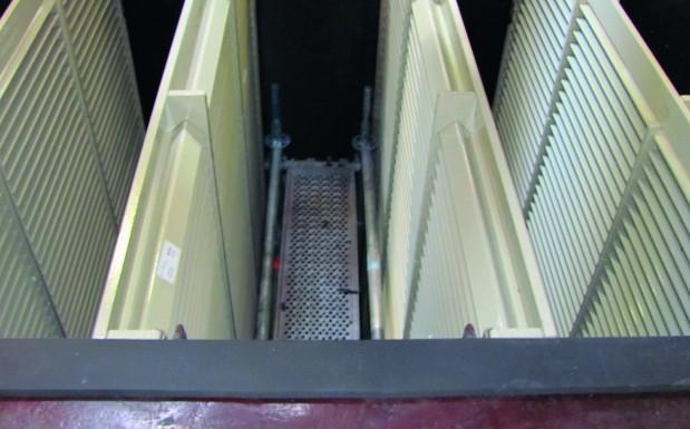 2 x 2 Lamellen-Wände im 6,8 m  hohen Aktivkohle-Absorber mit  Montage-Gerüst (Sicht von oben) (Bildquelle: SKZ)