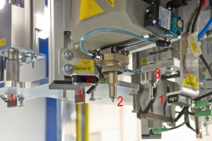Funktionsintegration Details: Ultraschall-Schweißung(1), Ritzprägung (2), mechanische Einpressvorrichtung (3) sowie Sensorik (Bildquelle: Herrmann Ultraschall)