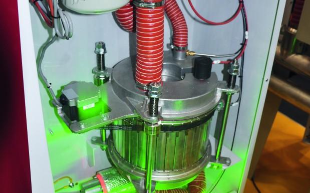 Der Segmentrad-Trockner Drymax Aton 2 von Wittmann Kunststoffgeräte, Wien, erreicht einen konstanten Taupunkt bei gleichzeitig hoher Energieeffizienz. Das Trockenrad (in der Bildmitte) besteht aus mehreren Kammern, in denen sich eine lose Schüttung von Trockenmittel-Kugeln befindet. (Bildquelle: David Löh/Redaktion Plastverarbeiter)