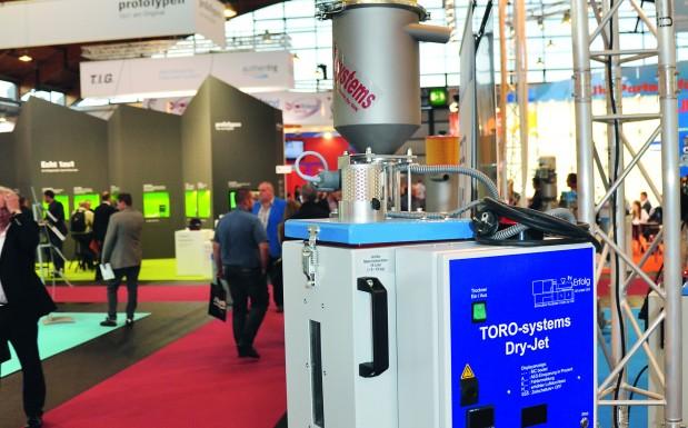 Der Kleinmengentrockner Dry Jet von Toro Systems erfasst mithilfe seines Automatischen-Energiespar-Systems (AES) die Durchsatzmengen und verringert die Trocknungsleistung entsprechend. Dadurch spart das Gerät Energie, ohne dass der Bediener eingreifen muss. (Bildquelle: David Löh/Redaktion Plastverarbeiter)