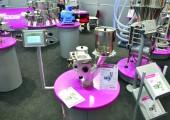 Auf präzise Kleinstdosierung versteht sich das Gerät WD 1 Basic von Tschritter, Dorfprozelten. Eine Dosierwalze lockert den Granulatstrom zunächst auf, packt ihn neu und fördert ihn anschließend präzise und kontinuierlich in den Einlauf der Maschine. (Bildquelle: David Löh/Redaktion Plastverarbeiter)