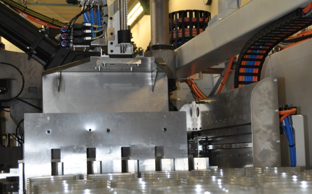 Neben der Maschine selbst, sind auch die Folgestationen, wie Bandstahlstanze, Lochstanze und die Stapelung, in die dynamische Prozessoptimierung des Steuerungskonzeptes IC einbezogen.