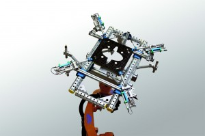 Die Hubeinheiten des Greifers ermöglichen das Einbringen eines definierten Spannungsprofils der Organobleche, um das Bilden von Falten beim anschließenden Umformen im Werkzeug zu verhindern. (Bildquelle: ASS Maschinenbau)