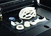 Die größeren 3D-Drucker-Modelle verarbeiten bei Bedarf drei Kunststoff-Arten gleichzeitig und stellen unterschiedliche Bauteile gleichzeitig her. (Bildquelle: Stratasys)