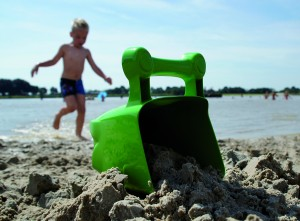 Gelangt das Strandspielzeug versehentlich ins Meer oder wird vergessen, so ist es vollständig biologisch abbaubar und der Strand bleibt auf Dauer sauber. (Quelle: Akro-Plastic)