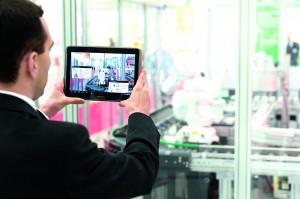 In der Produktion der Zukunft unterstützen mobile Kommunikationsmittel wie Mobiltelefone oder an der Montagestelle angebrachte Tabletcomputer die Mitarbeiter. (Bildquelle: ABB)