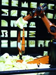 Aus den Würfeln aus expandiertem Polystyrol fertigten Roboter während der Cebit Möbelstücke mittels Heißdraht-Schneideeinheit. Zuvor hatten Interessierte mittels eines einfachen Online-Bearbeitungsprogramms individuelle Möbelstücke gestaltet. Daraus erstellte das System ein CAD-Modell für die Roboter. (Bildquelle: David Löh/Redaktion Plastverarbeiter)