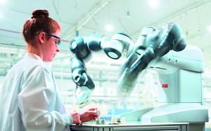 Der kollaborative Roboter Yumi arbeitet mit dem Menschen Hand in Hand zusammen. In erster Linie wurde er für die schnelle und flexible Fertigung in der Elektronikindustrie entwickelt. Er eignet sich mit seinen Händen aber grundsätzliche für das Montieren von Kleinteilen in jeder Branche. (Bildquelle: ABB)