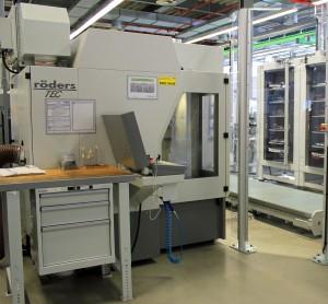 Das 5-Achs-HSC-Fräsbearbeitungszentrum verarbeitet im ständigen Wechsel Grafit und Stahl. (Bildquelle: Klaus Vollrath)