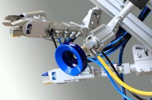 2K-Sauger im Greifer zur Entformung von Kunststoffspritzgussteilen (Bildquelle: ASS)