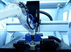 Der Roboter übernimmt zuverlässig das Be- und Entladen der Fräsmaschine. (Bildquelle: Ralf Högel)