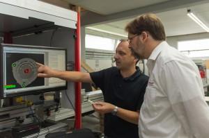 Michael Müller von Lutz (links) und Dr. Tobias Henzler von Stemmer Imaging besprechen die Auswertung eines Bauteils. (Bildquelle: Lutz)