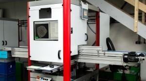 Das System besteht aus einem linienförmigen Laser, der die Bauteile anstrahlt, die über ein Transportband durch die Prüfmaschine fahren. Eine 3D-Kamera ist mit einem Winkelversatz zur Laserlinie über dem Band montiert und nimmt die Laserprofile nach dem Triangulationsprinzip auf. (Bildquelle: Lutz)