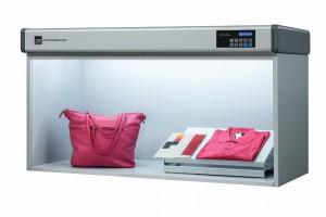 Lichtkabine mit Electronic-Control-Panel zur Abmusterung von Textilien (Bildquelle: Just Normlicht)