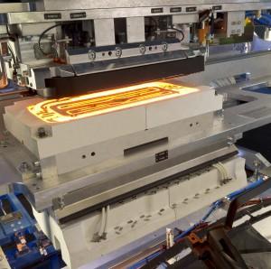 Beispiel für das Schweißen per Infrarot-Technik: In diesem Fall erwärmt ein mittelwelliger Metallfolienstrahler das Bauteil vor dem Fügeprozess. (Bildquelle: Bielomatik)