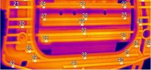 Das Infrarotkamera-System überprüft die Wärmeverteilung eines Airbagschusskanals. eines Schusskanals anhand zahlreicher Messpunkte. Das Bauteil wurde gerade erwärmt und gelangt nach dem OK des Kamerasystems zum eigentlichen Fügeprozess. (Bildquelle: Bielomatik)