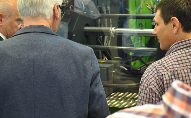Beim Engel Liquid-Metal-Forum am 19.1.2016 interessierte sich die Gäste sehr für den Herstellprozess. Auf dem Bild stand die Heizspirale im Fokus, die das Rohmaterial auf 1100 °C aufheizt.  (Bildquelle: David Löh/Redaktion Plastverarbeiter)