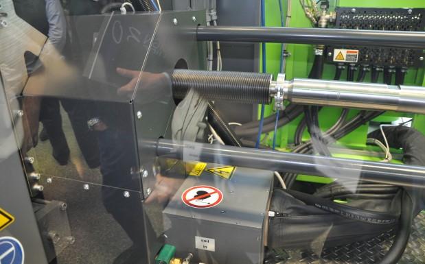 Die Induktionsspule (schwarzer Bereich vor dem Schneckengehäuse)  verflüssigt das Rohmaterial bei Temperaturen von bis zu 1100 °C.  (Bildquelle: David Löh/Redaktion Plastverarbeiter)