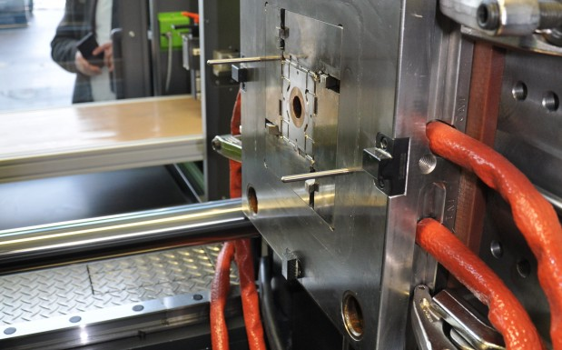 Die feste Werkzeughälfte. Die Platten werden mit der maximalen Zuhaltekraft der Maschine (hier 110 t) aufeinandergepresst. Denn beim Liquid-Metal-Spritzgießen ist es wichtig, das Werkzeug dichtzuhalten, damit das Material nicht kristallisiert.  (Bildquelle: David Löh/Redaktion Plastverarbeiter)
