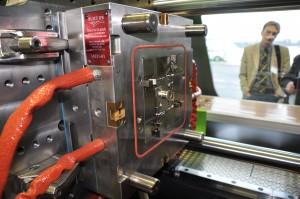 In der Mitte der Werkzeugplatte ist das spritzgegossene Demoteil zu erkennen. Das heiße Material ist flüssig wie Wasser, wenn es in die vier Kavitäten des Werkzeugs fließt. (Bildquelle: David Löh/Redaktion Plastverarbeiter)