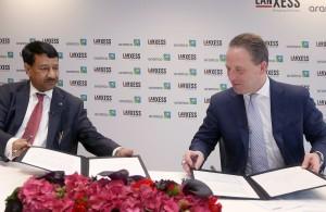 Matthias Zachert, Vorstandsvorsitzender der LANXESS AG (rechts), und Abdulrahman F. Al-Wuhaib, Senior Vice President Downstream von Saudi Aramco, unterzeichnen in Köln die Vereinbarung für das neue Gemeinschaftsunternehmen. Foto: Lanxess