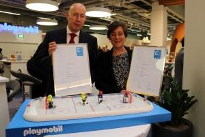 Pro-K-Geschäftsführer Ralf Olsen überreicht Judith Weingart, Mitglied des Vorstands bei Geobra Brandstätter zwei Pro-K-Awards. (Bildquelle: Geobra Brandstätter)