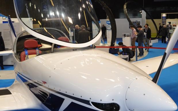 JEC World Bild 4: So leicht, dass es fliegt: Das Flugzeug besteht komplett aus Verbundwerkstoffen. DIe Außenhaut ist aus CFK, die Metallteile bestehen aus einem Composite aus einer Aluminiumlegierung und Chrom-umanteltem Stahl.  (Bildquelle: David Löh/Redaktion Plastverarbeiter)