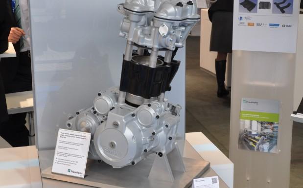 JEC World Bild 5: Das Fraunhofer ICT zeigte seinen Verbrennungsmotor mit einem Zylindergehäuse aus Kunststoff. Bei letzterem handelt es sich um glasfaserverstärktes Phenolharz.  (Bildquelle: David Löh/Redaktion Plastverarbeiter)