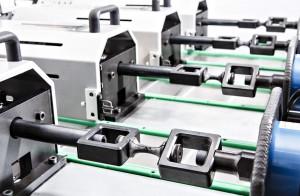 Prüfung von Materialproben auf unabhängigen Prüfachsen, angetrieben von elektro-mechanischen Aktuatoren. (Bildquelle: Fraunhofer LBF)