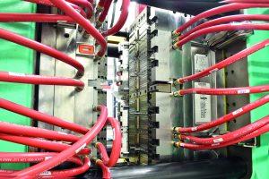 Das 32-fach Werkzeug für die Fertigung des Spritzenkolbens für die Spritzen mit 10 ml Volumen enthält acht Heißkanaldüsen in Reihe. (Bildquelle: Ewikon)