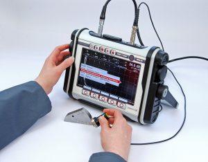 Das tragbare Ultraschallprüfgerät ist für die zerstörungsfreie Materialprüfung von Kunststoffen geeignet. (Bildquelle: Sonotec)