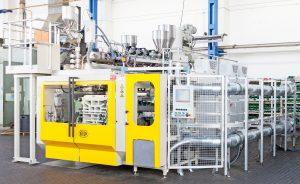 Die elektrische Blasformmaschine arbeitet mit einer Schließkraft von 370 kN und einer Formbreite von 700 mm. (Bildquelle: Bekum)