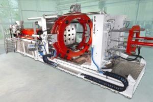Die Spritzgießmaschine ist 16,4 m lang, 3,3 m breit und 4,9 m hoch. (Bildquelle: Ettlinger)