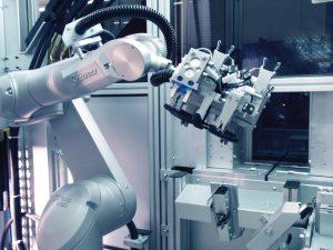 Der Roboter übernimmt sämtliche nachgeschaltete Bearbeitungsprozesse. (Bildquelle: Stäubli)
