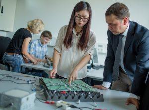 Untersuchung einer Faserverbundplatte mit Piezosensoren. (Bildquelle: Thilo Schmülgen / TH Köln)
