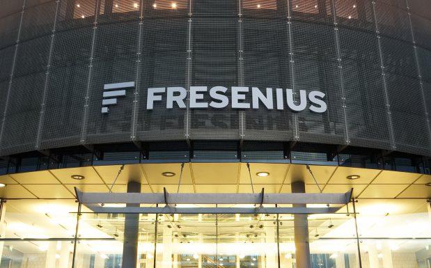 Platz 3 der größten deutschen Chemieriesen: Fresenius in Bad Homburg liegt bei der Zahl der Angestellten mit über 220.000 Beschäftigten auf Platz 1. Beim Jahresumsatz von 27,6 Mrd. Euro reicht es noch für die Bronzemedaille. (Bild: Fresenius)