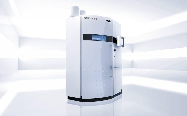Der Formiga P 110 von Stratasys, Rheinmünster, ist ein günstiges Einsteigergerät, das mittel Lasersintern (SLS) arbeitet. Er stellt Bauteile bis zu einer Höhe von 330 mm her. (Bildquelle: EOS)