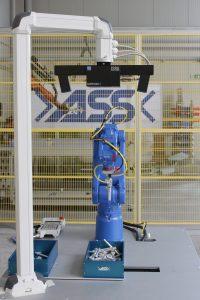 Um die Bauteile aus der Kiste entnehmen zu können, scannt das Kamerasystem zunächst die Werkstücke und deren Lage. Der Roboter fährt anschließend an die übermittelte Position und entnimmt das Werkstück. (Bildquelle: ASS Maschinenbau)