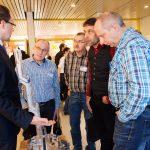 Geschäftsführer Alexander Hein erklärt auf den 20. Technologietagen des Konstruktionsbüros Hein das  Isoform-Werkzeug. (Bildquelle: Mara Hein)