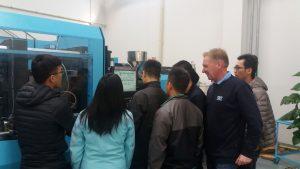 Weiterbildung in China: SKZ- Lehrgangsleiter Ulrich Schätzlein erläutert spezielle Themen der Spritzgießtechnik. (Bildquelle: SKZ)