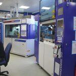 Um den geforderten Toleranzbereich zu erreichen, stehen die Mikro-Spritzgießmaschinen in einem klimatisierten Raum, in dem Temperatur und Luftfeuchtigkeit konstant sind. (Bildquelle: Rohde & Schwarz)