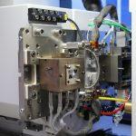 Da bei der Heißverarbeitung von Teflon bei hohen Temperaturen gesundheitsschädliche Gase beziehungsweise Fluorverbindungen entstehen können, verfügt die eingehauste Mikrospritzgießmaschine zusätzlich über eine Absauganlage. (Bildquelle: Rohde & Schwarz)