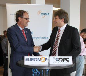 Kooperieren auch über die Entwicklung von Euromap 77 hinaus: links: Thorsten Kühmann, Generalsekretär von Euromap und Stefan Hoppe, Vize-Präsident der OPC Foundation. (Bildquelle: Euromap)
