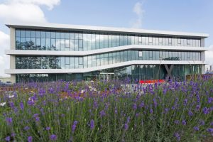 Das Qualitätskontroll-Labor ist 250 m² groß und befindet sich im Industriepark von Chemelot in Geleen, Niederlande, neben dem EPDM-Werk von Arlanxeo. Diese Nähe ermöglicht es, die Ergebnisse der Qualitätskontrolle zügig in der Fertiung zu berücksichtigen. (Im Bild: die Unternehmenszentrale in Geleen, Niederlande) (Bildquelle: Lanxess)
