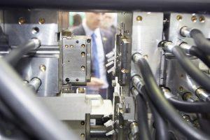 Produktionsbeispiel: Die Maschine fertigt Y-Connectoren aus PMMA. (Bildquelle: Arburg)