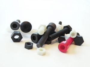 Eine Sechskantschraube der Größe M6x40 aus dem Kunststoff PA6GF30 wiegt 1,6 Gramm, mit PAGF60 sind es 2,3 Gramm. Wird die Schraube aus Stahl gefertigt, kommen 9,3 Gramm zusammen. (Bildquelle: Weippert)