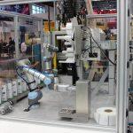 Die Beispielanlage auf der Hannover Messe produziert individualisierte Kunststoffbecher. Dazu geben die Besucher über eine Tastatur Daten wie Namen und Firma ein. (Bildquelle: Dr. Boy)