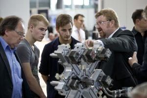 Auch für Schüler und Azubis gibt es auf der Moulding Expo viel zu entdecken. (Bildquelle: Landesmesse Stuttgart)